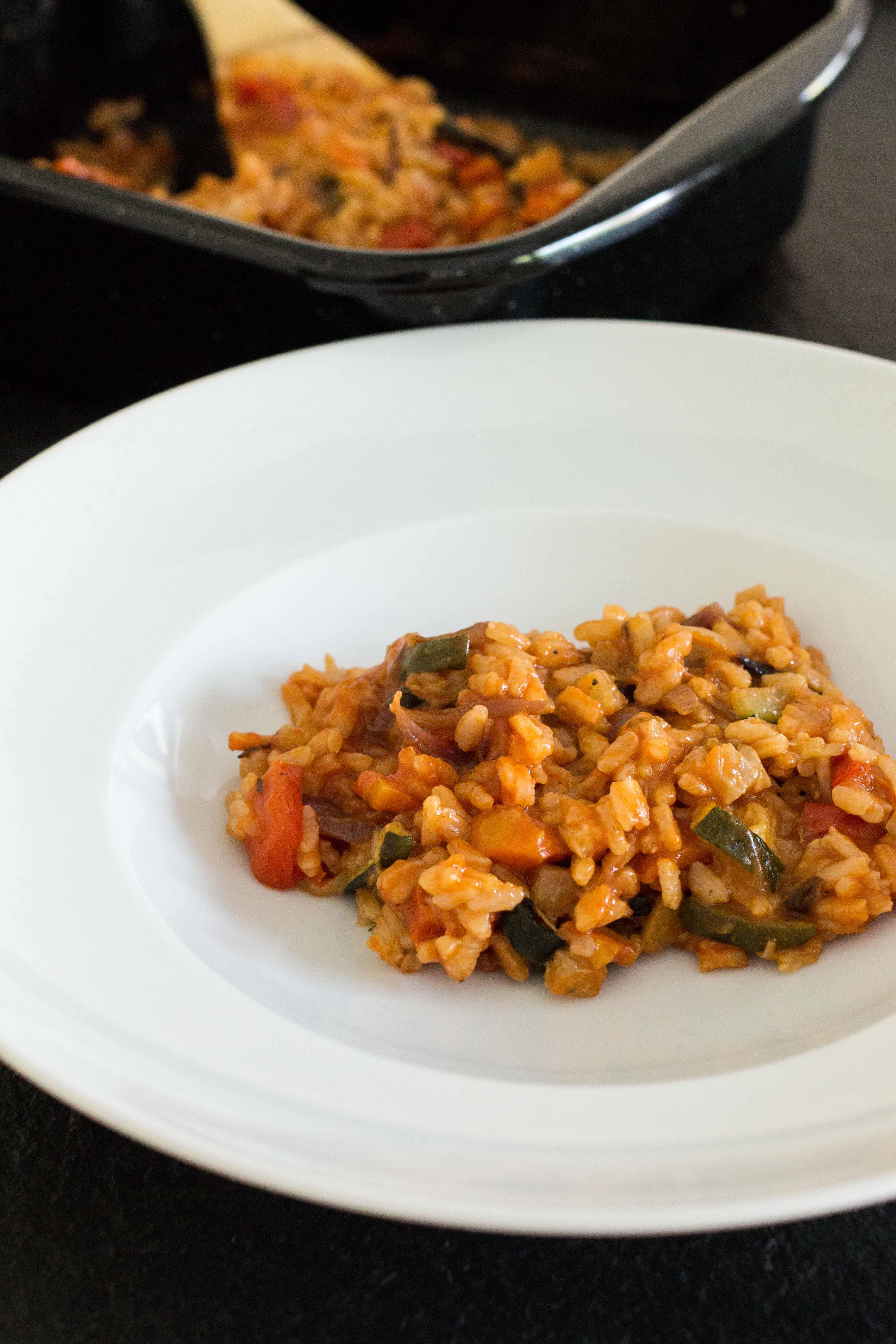Risotto aus dem Ofen mit gebackenem Gemüse und Tomatensauce